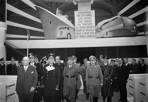 Inauguration de la manifestation « La vie nouvelle », exposition de la France européenne au Grand Palais : les personnalités françaises et allemandes dont Rudolf Schleier, le général français Eugène Bridoux, à Paris, avril 1942